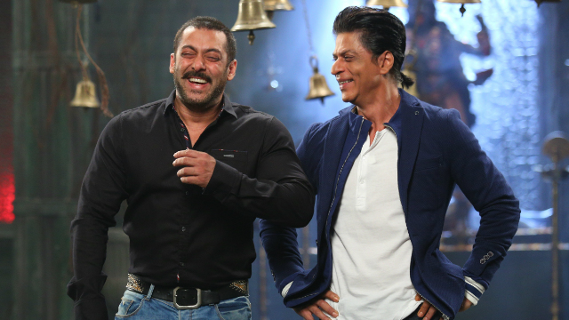 416062-salman-and-shahrukh-recreating-karan-arjun-moment3