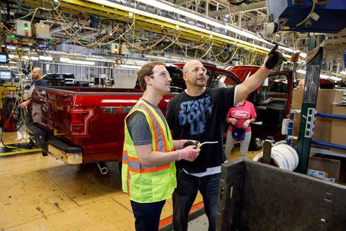 जर तुम्ही आता फोर्ड ही गाडी घेणार असाल तर ती गाडी मार्क झुकरबर्गनेही बनवलेली असू शकते. याचे कारण म्हणजे गुरूवारी फेसबुकचे मुख्य कार्यकारी अधिकारी असलेले मार्क झुकरबर्ग पोहचले थेट फोर्डच्या मॅन्यूफॅक्चरिंग प्लँटवर.