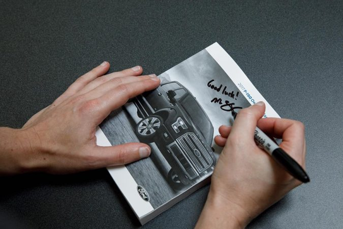 झुकेरबर्गने स्टीकरवर स्वाक्षरी करत काही फोटो शेअर केले.