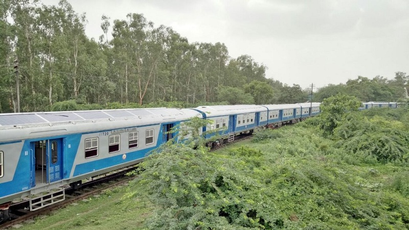 भारतात सौर उर्जेवर धावणारी पहिली ट्रेन आता पूर्णपणे तयार झाली आहे. ट्रायल रन नतर ही नियमितपणे रूळांवरून धावू लागेल. या ट्रेनचा रूट अजून ठरलेला नाही. या ट्रेनच्या टपावर सोलर पॅनल्स बसवले आहेत.