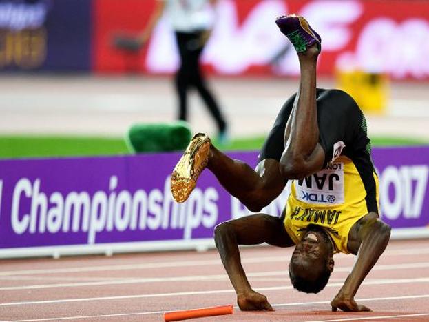 .रेसमध्ये धावता धावता त्याच्या डाव्या पायाचा स्नायू दु:खावला आणि तो पडला.तो पडल्यानंतर सारं सभागृह सुन्न झाले. जसं काही बोल्ट नाही तर तिथला प्रत्येक माणूसच हरला होता