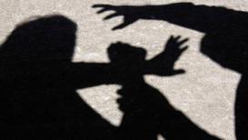 पैसे देण्याच्या बहाण्यानं महिलेला घरी बोलावून सामूहिक बलात्कार