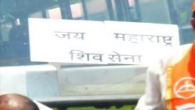 कर्नाटकच्या बसेसवर शिवसैनिकांनी लावले जय 'महाराष्ट्र'चे फलक