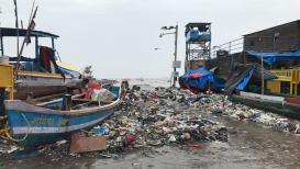 ...आणि समुद्राने कचरा 'ओकला'