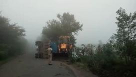 फरशा वाहणारा ट्रक उलटल्यानं 10 जणांचा मृत्यू